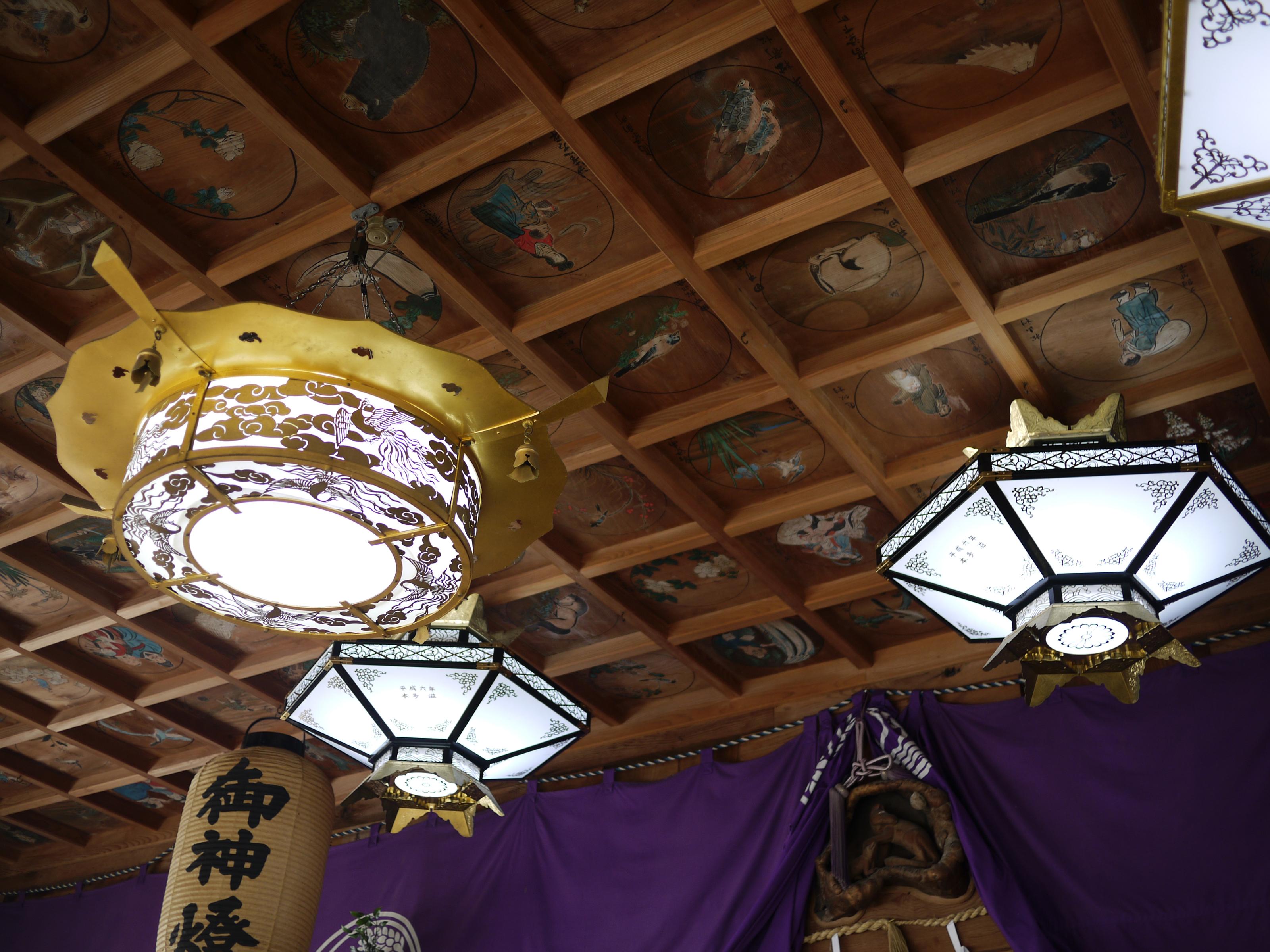拝殿の天井画は明治時代に地元住民が奉納。ユニークな絵が参拝者を楽しませてくれます。
