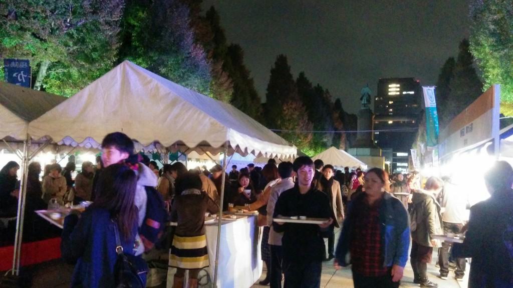 夜になるとお客様急増!靖国神社参道のイチョウのライトアップのもと、全国の日本酒とおつまみを楽しんでいただきました