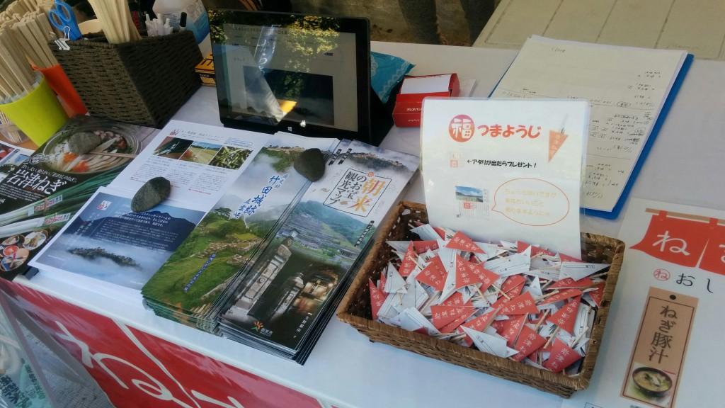 兵庫県朝来市をご存じでない方も、天空の城・竹田城址はご存じで。パンフレットを持ち帰られる方も多数。